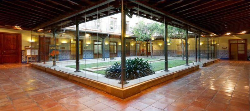 Obri en el cor de València l'Escola Superior d'Idiomes del col·legi Gran Associació ESIGA